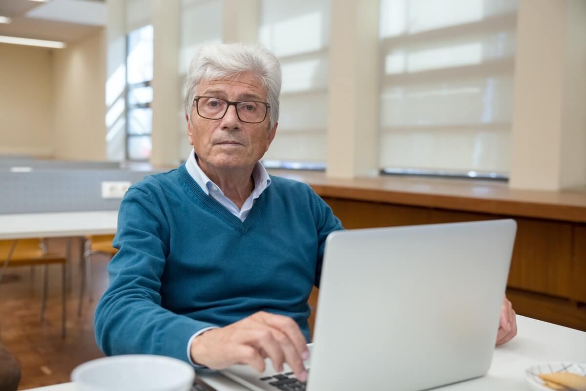 Les personnes agées et l'accessibilité numérique en ligne les handicapent
